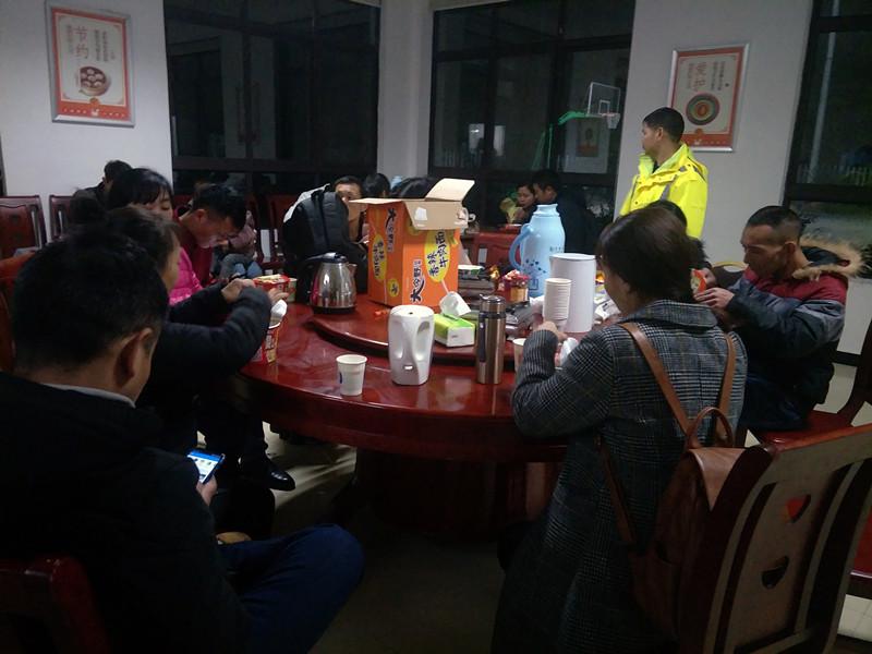 四五十名乘客滞留收费站,湘西高速工作人员暖心救助