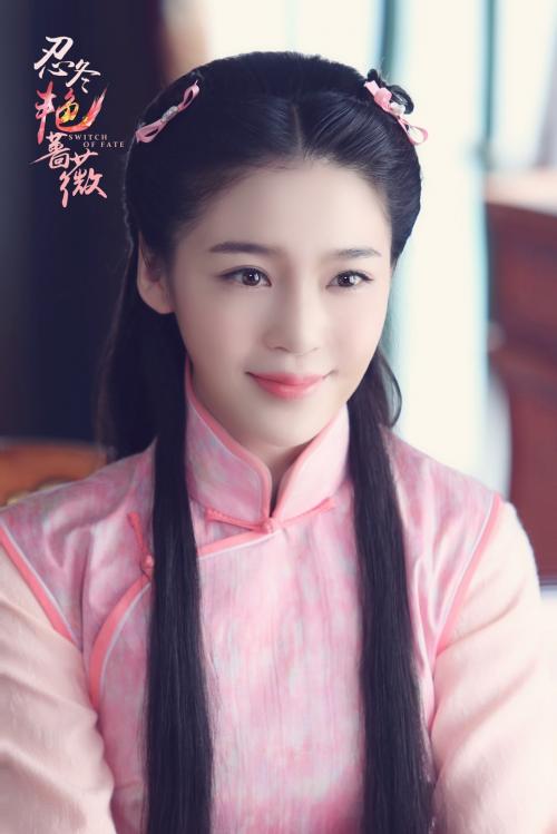 赵樱子所饰演的中医世家之女忍冬,经历了狸猫换太子,遭养母苛刻虐待的