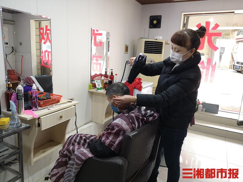 小巷理发店要开业,没有口罩?社区送来了