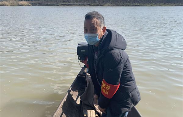"""""""老村长""""每天用小船在锦江河往返 接送防疫人员和物资"""