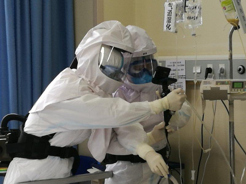 """共同战""""疫""""丨武汉协和西院湘雅病房完成首例床旁纤维支气管镜检查"""