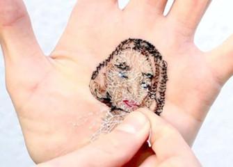 西班牙艺术家手掌上缝制亲友肖像