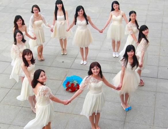 安徽大学生穿婚纱拍毕业照