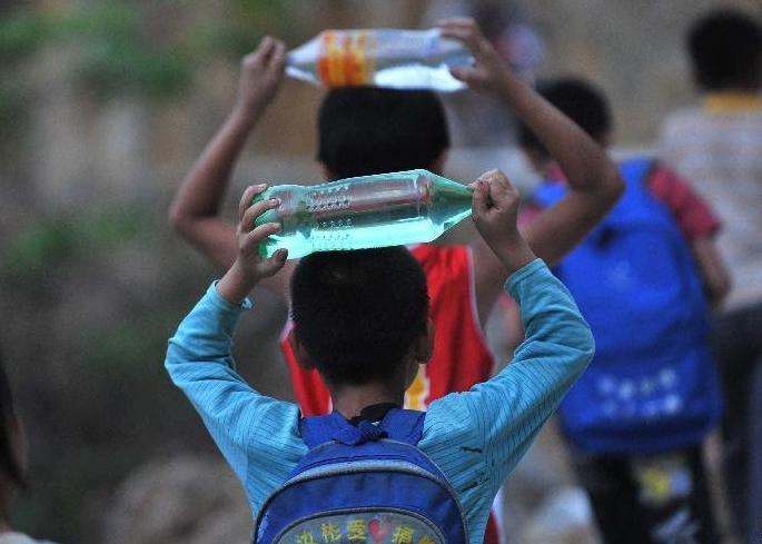 小学生带水上学