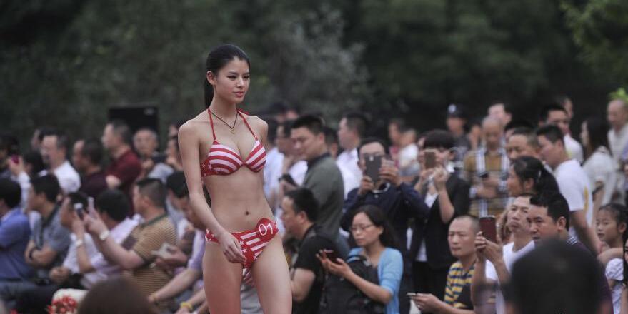 重庆模特大赛 佳丽性感泳装秀引围观