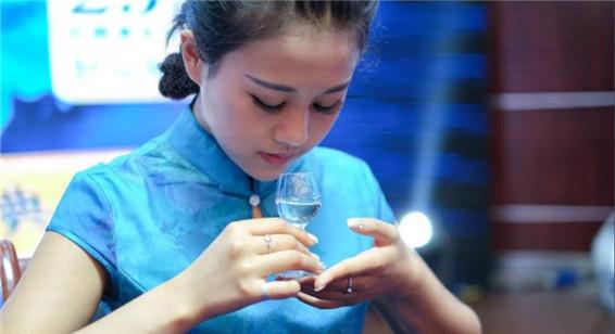 贵州美女品酒师酒道表演 颜值高酒量好引人注目