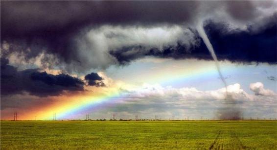 """美""""追风人""""拍到彩虹龙卷风齐现自然奇观"""