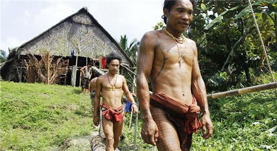 探秘印尼纹身部落日常生活 凿子磨牙骷髅做装饰
