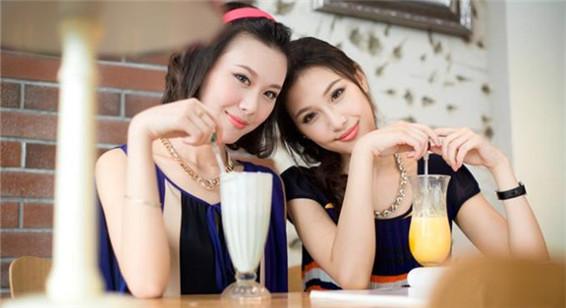 宛如天仙的双胞胎空姐 认真地诠释着美丽