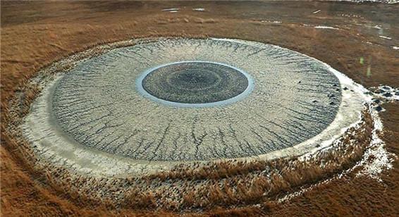 俯瞰俄罗斯泥火山 如人类眼球瞳孔