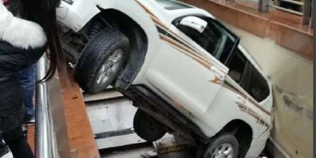 司机油门当刹车 车子倒挂在地下通道口