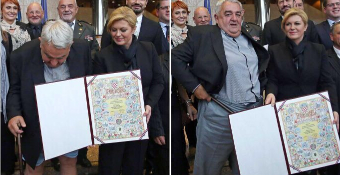 男子在与克罗地亚女总统合照时掉裤子