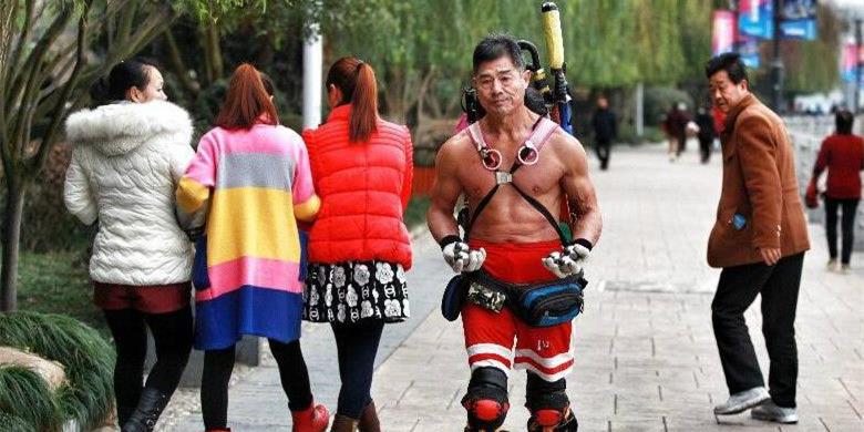 陕西一62岁男子23年光膀子健身 练就魔鬼肌肉