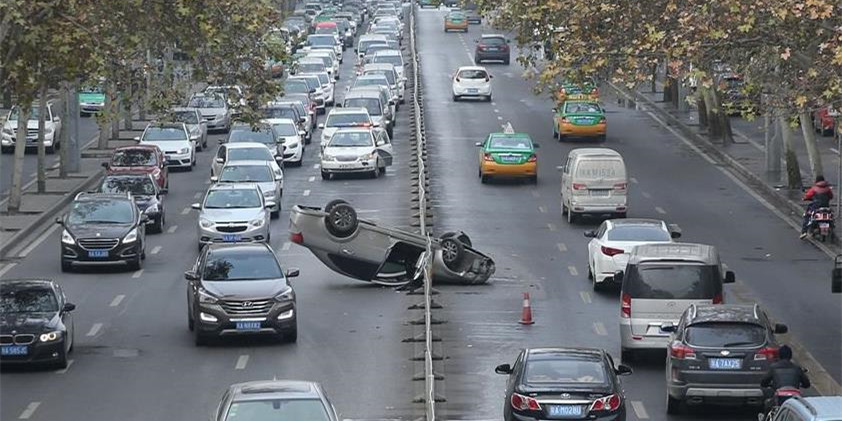 西安一轿车爆胎后翻车 撞上隔离栏引发连环车祸