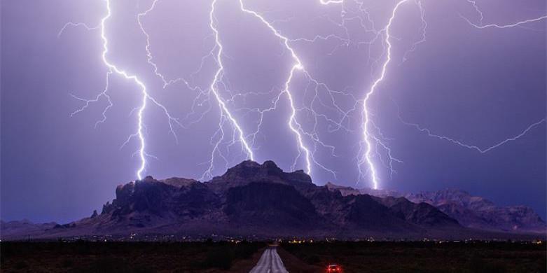 """镜头记录美国""""龙卷风走廊""""残酷风暴中的极致美景"""