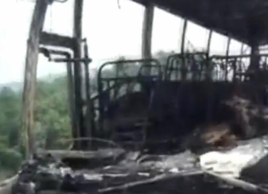 湖南宜章境内发生客车起火事故