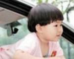 粗心爸爸停车买糖 三岁女儿被卡车窗险些窒息身亡