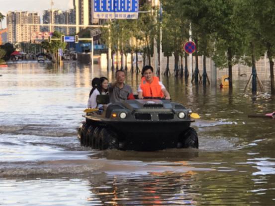 湖南暴雨灾害 村长李锐变身救灾员抗洪救灾