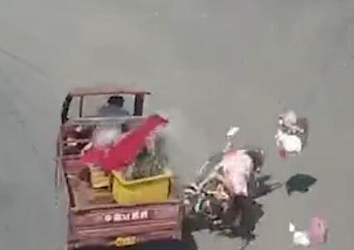 孕妇载小孩抢黄灯 与闯红灯三轮车对撞