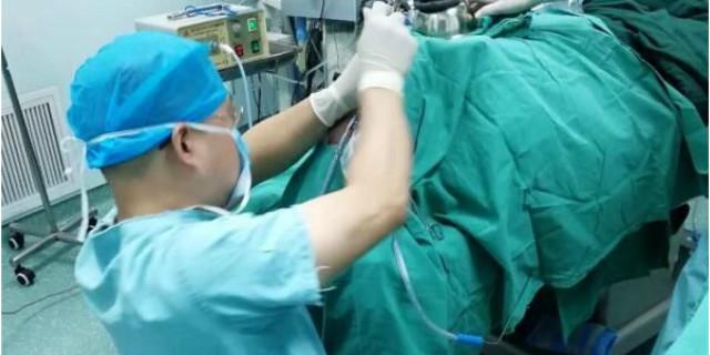 暖!医生跪地30多分钟,为体重90余公斤的病人手术