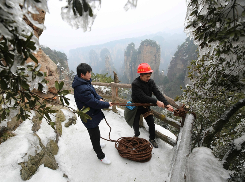 Is this the world's most dangerous job? 丨冰雪下的悬崖清洁