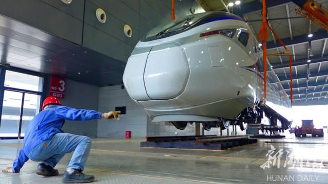 10月14日上午,长沙国际会展中心,CJ6型城际动车组正吊装入中国中车株洲电力机车有限公司展位。