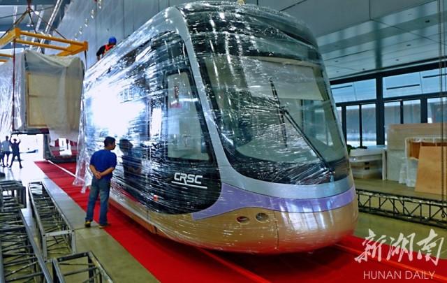 10月14日上午,长沙国际会展中心,中国通号参展的有轨电车正吊装摆放入展位。