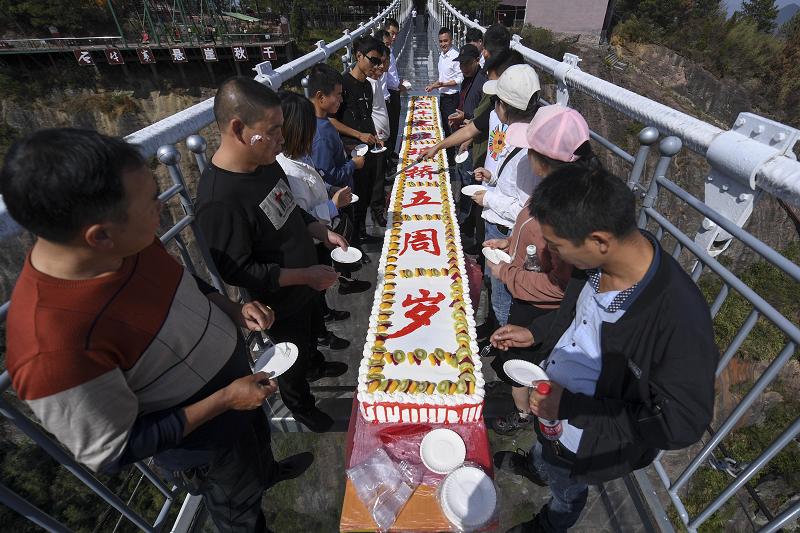 巨型蛋糕亮相平江石牛寨玻璃桥五周年庆 新湖南www.hunanabc.com