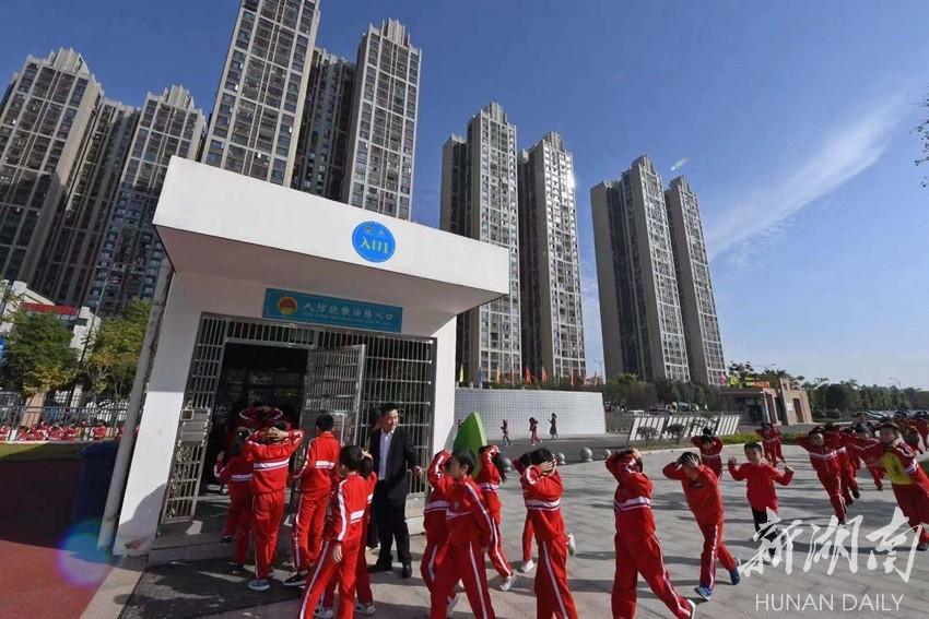 长沙县一小学举行防空袭疏散演练 新湖南www.hunanabc.com