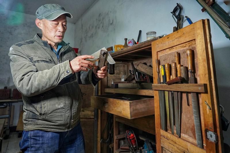 守艺人 没有胶水,不用钉子,他做的仿古首饰盒百年不坏 新湖南www.hunanabc.com