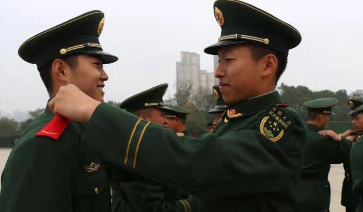 武警湖南总队千余名新兵授衔 新湖南www.hunanabc.com