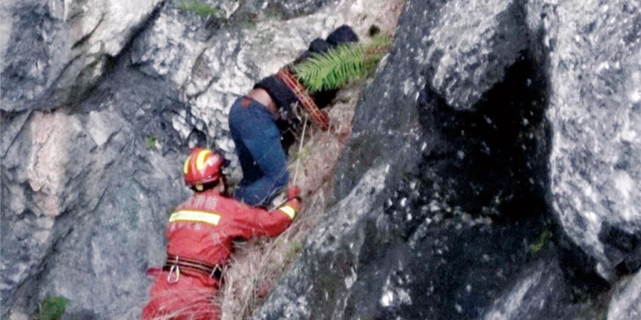 男子被困山崖 消防成功救援