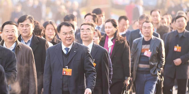 湖南省政协委员步入会场