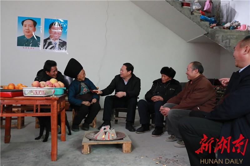 叶红专到凤凰县走访慰问困难群众和职工