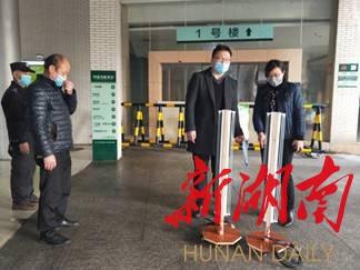 """【连线抗击新型肺炎最前线】(302)抗击""""疫""""情 医务人员搞""""发明"""""""