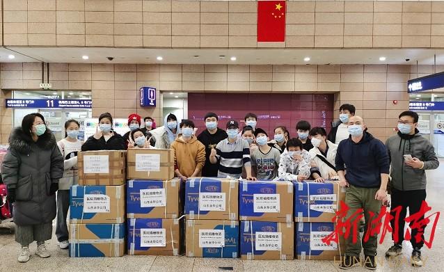 湖南杂技团队扔掉部分行李 从德国带回10箱医用防护服 新湖南www.hunanabc.com