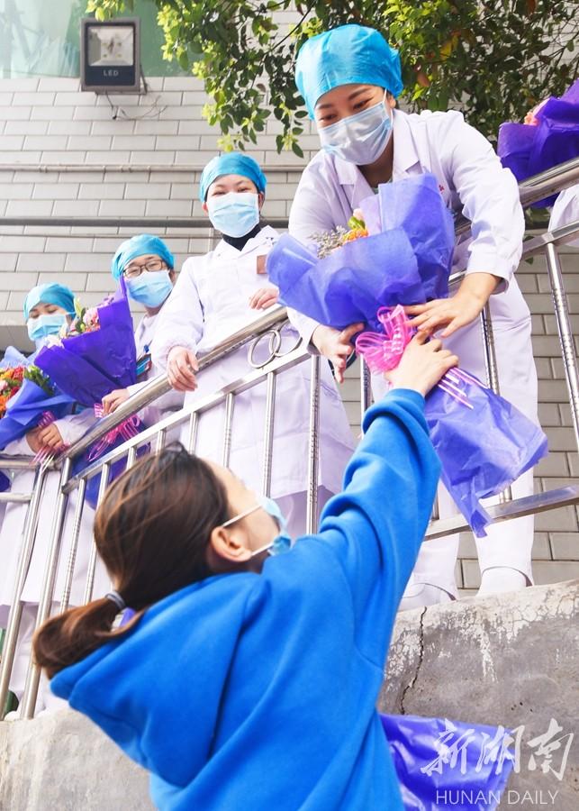 """鲜花送""""疫""""线 新湖南www.hunanabc.com"""