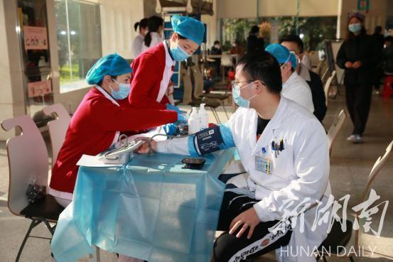 """这121名来自湘雅二医院的""""热血蒙面侠""""献血超4万毫升 新湖南www.hunanabc.com"""