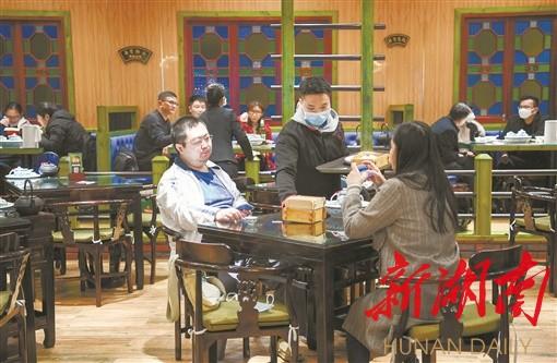 """如何""""危""""中寻""""机"""" 湖南餐饮奋力追赶""""春光"""" 新湖南www.hunanabc.com"""