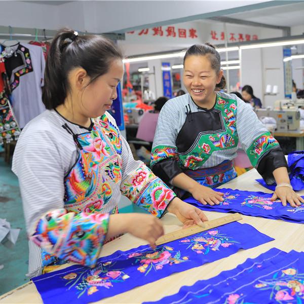 民族服饰织出新生活