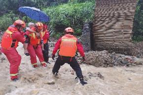 郴州消防救援队接力送老人进医院
