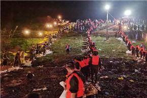 雨夜奋战近3个小时 武警官兵合力抢险封堵管涌